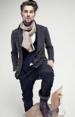 hommes aux cheveux boucl s laissez les pousser mode masculine. Black Bedroom Furniture Sets. Home Design Ideas
