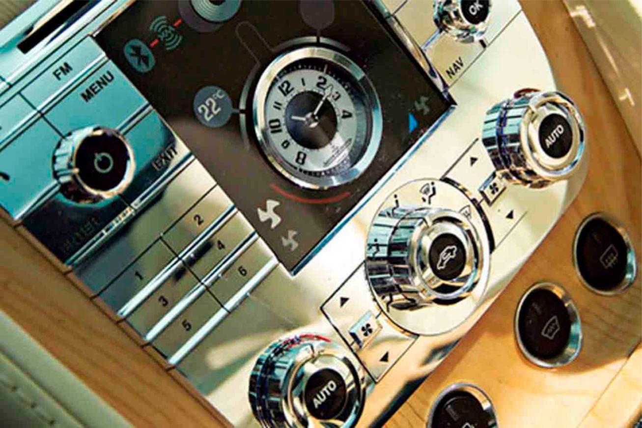 Aston-Martin  RAPIDE    http://www.voiturepourlui.com/images/Aston-Martin//Interieur/Aston_Martin_Rapide_507.jpg