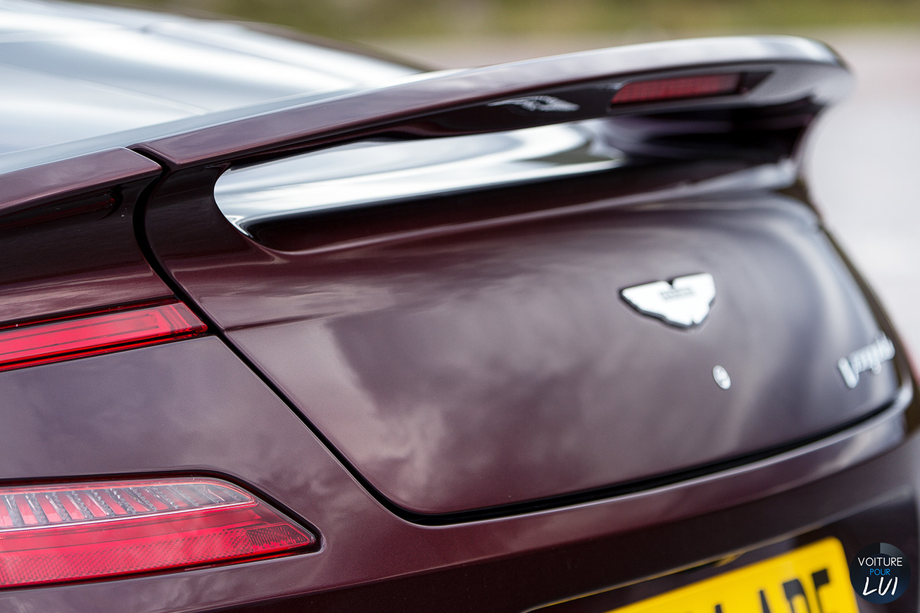 Aston-Martin  VANQUISH VOLANTE 2015   Aileron  http://www.voiturepourlui.com/images/Aston-Martin//Exterieur/Aston_Martin_Vanquish_Volante_2015_014_aileron.jpg