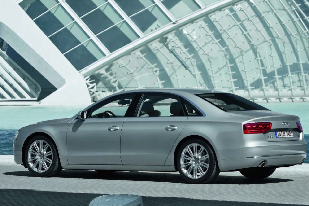 Audi  A8 L 2011    http://www.voiturepourlui.com/images/Audi//Exterieur/Audi_A8_L_2011_033.jpg