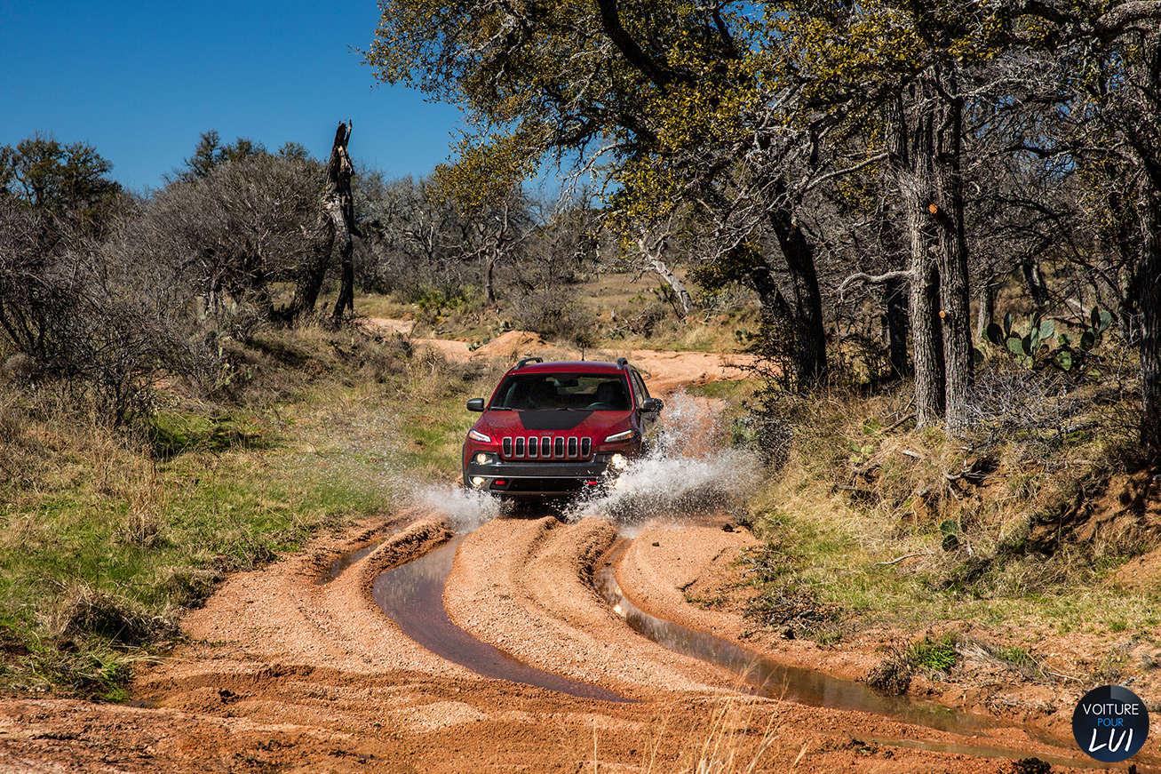 Jeep  CHEROKEE 2014   Boue  http://www.voiturepourlui.com/images/Jeep//Exterieur/Jeep_Cherokee_2014_034_boue.jpg