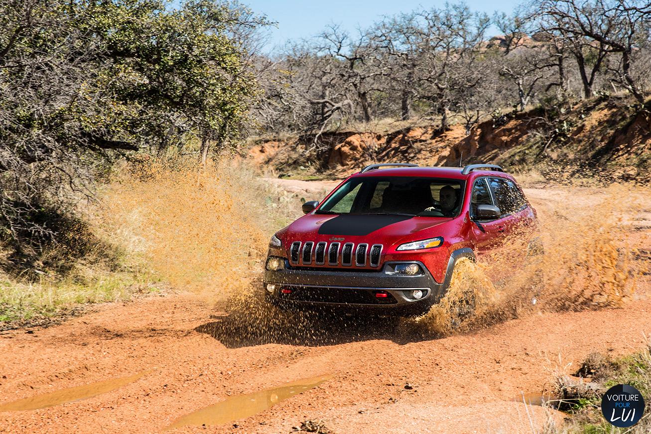 Jeep  CHEROKEE 2014   Boue  http://www.voiturepourlui.com/images/Jeep//Exterieur/Jeep_Cherokee_2014_036_boue.jpg