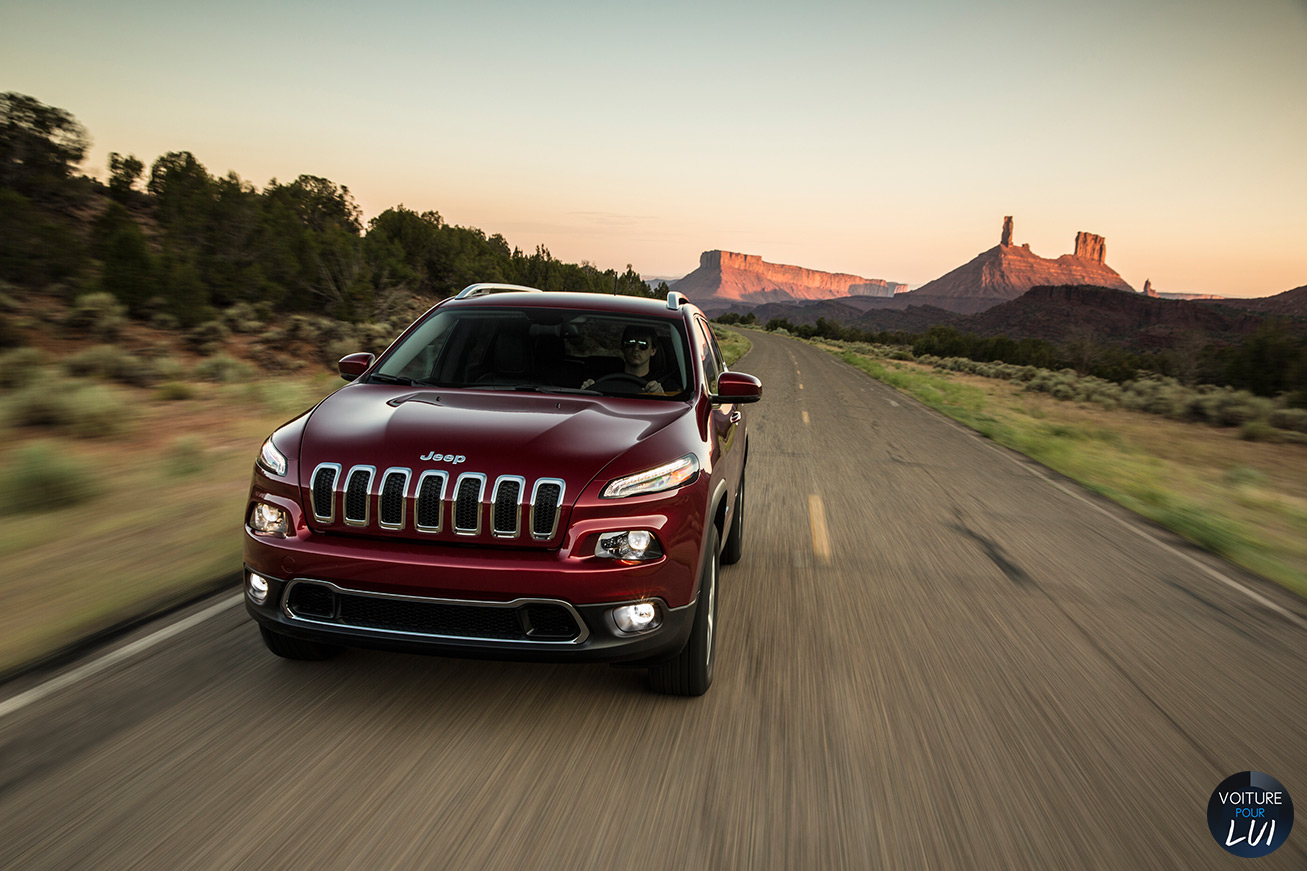 Jeep  CHEROKEE 2014   Route  http://www.voiturepourlui.com/images/Jeep//Exterieur/Jeep_Cherokee_2014_044_route.jpg