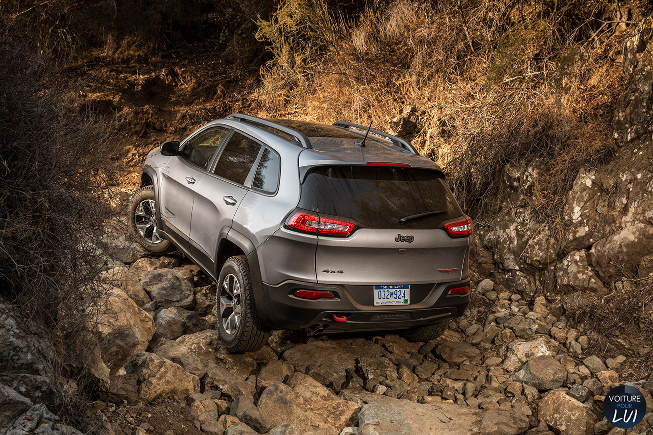 Jeep  CHEROKEE 2014   Obsacle  http://www.voiturepourlui.com/images/Jeep//Exterieur/Jeep_Cherokee_2014_063_obsacle.jpg