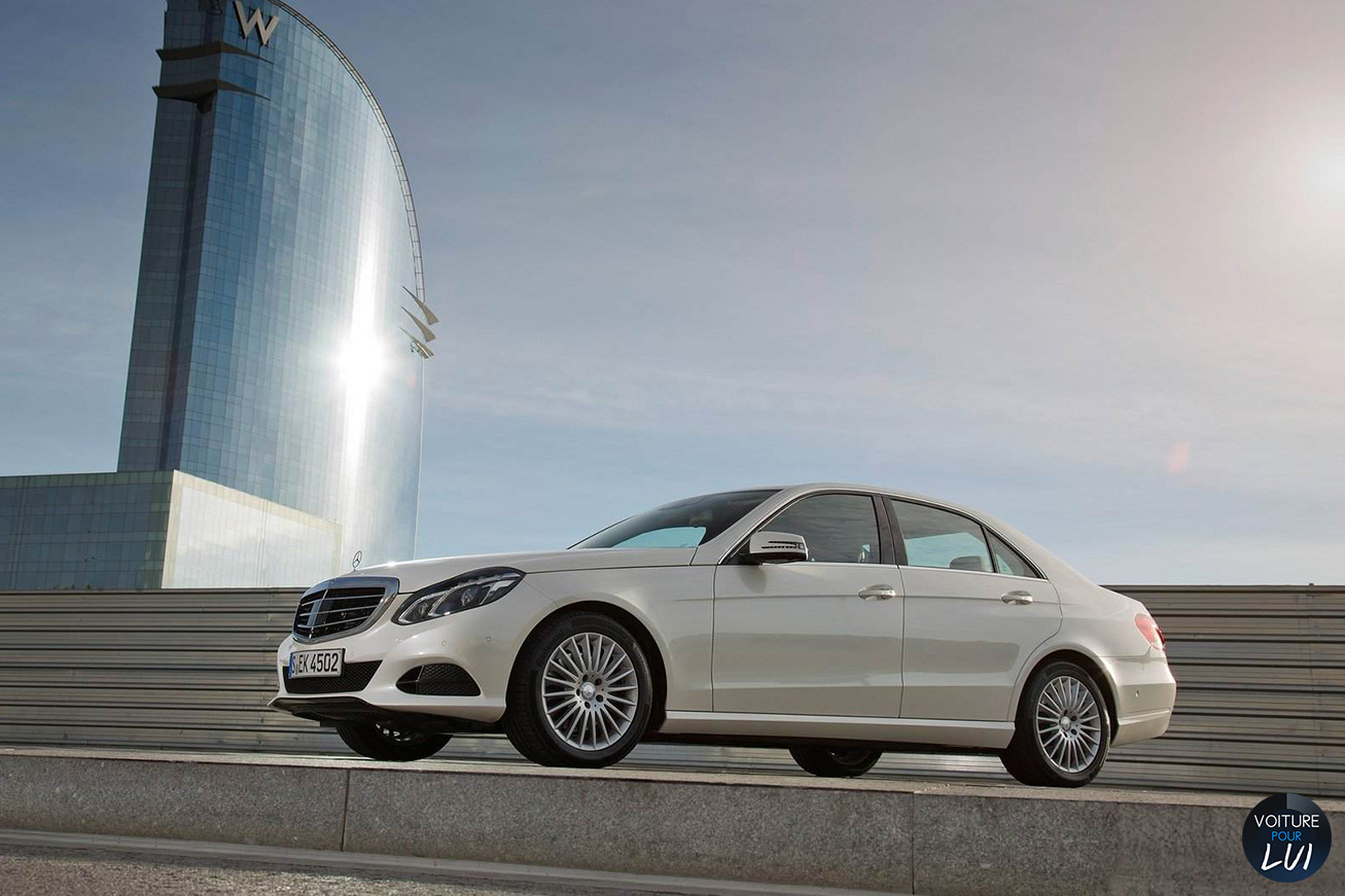 Mercedes  CLASSE E 2014   Blanc  http://www.voiturepourlui.com/images/Mercedes//Exterieur/Mercedes_Classe_E_2014_011_blanc.jpg