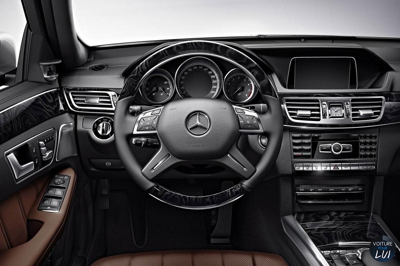 Mercedes  CLASSE E 2014    http://www.voiturepourlui.com/images/Mercedes//Interieur/Mercedes_Classe_E_2014_010_volant.jpg
