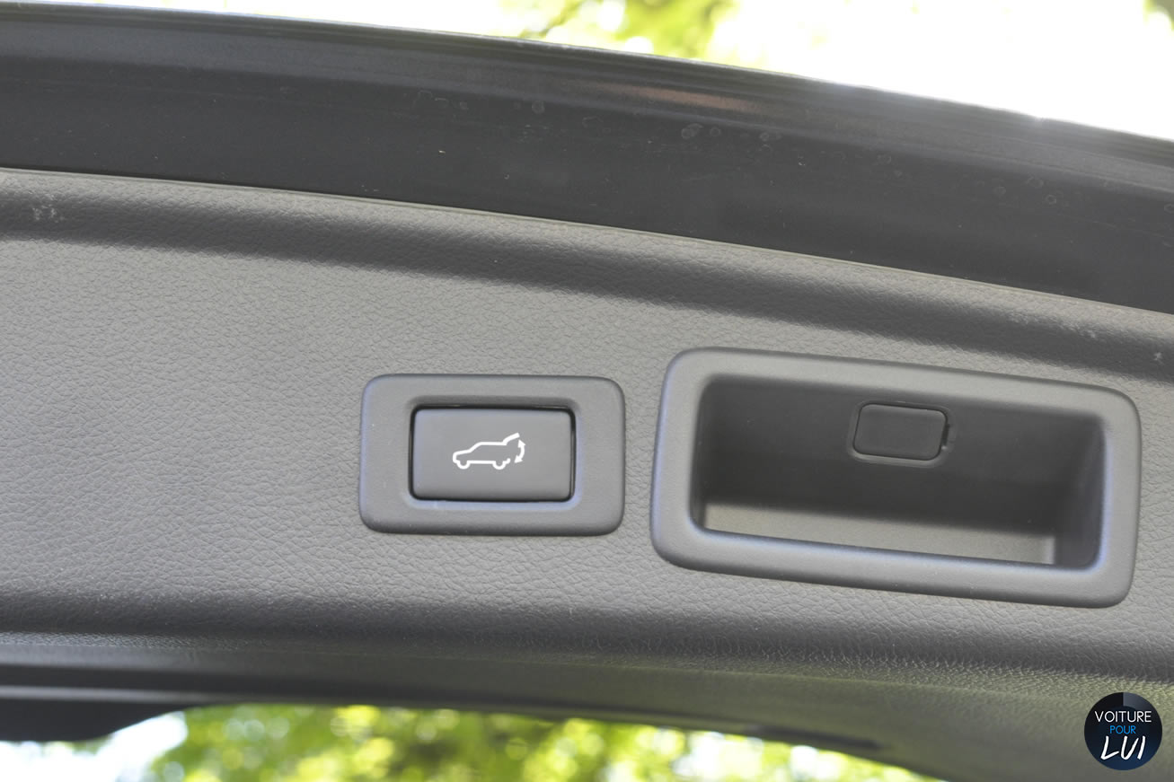 Subaru  FORESTER 2014    http://www.voiturepourlui.com/images/Subaru//Interieur/Subaru_Forester_2014_007_Ouverture_Coffre_Interieur.jpg
