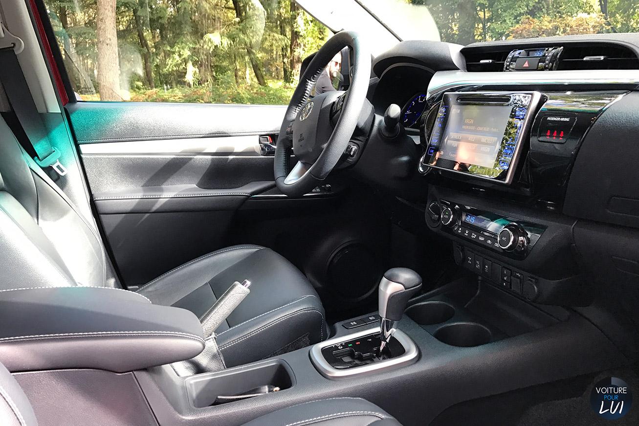 Toyota  HILUX 2016    http://www.voiturepourlui.com/images/Toyota//Interieur/Toyota_Hilux_2016_001.jpg
