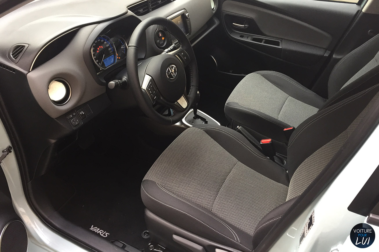 Photos toyota yaris cacharel 2015 numero 17 for Interieur yaris 2015