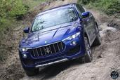 http://www.voiturepourlui.com/images/Maserati/Levante-2017/Exterieur/Maserati_Levante_2017_018_bleu_avant_face_phares_feux.jpg