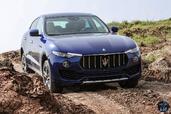 http://www.voiturepourlui.com/images/Maserati/Levante-2017/Exterieur/Maserati_Levante_2017_020_bleu_avant_face_phares_feux.jpg