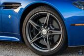 Aston-Martin Vantage GTS 2017  photo 11 http://www.voiturepourlui.com/images/Aston-Martin/Vantage-GTS-2017/Exterieur/Aston_Martin_Vantage_GTS_2017_011_cote_bleu_logo_sigle.jpg