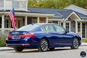 Honda Accord Hybrid 2017  photo 18 http://www.voiturepourlui.com/images/Honda/Accord-Hybrid-2017/Exterieur/Honda_Accord_Hybrid_2017_020_bleu_touring_arriere_feux_phares.jpg