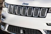Jeep Grand Cherokee Summit 2017  photo 9 http://www.voiturepourlui.com/images/Jeep/Grand-Cherokee-Summit-2017/Exterieur/Jeep_Grand_Cherokee_Summit_2017_009_avant_logo_sigle_blanc_calandre.jpg