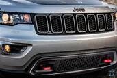 Jeep Grand Cherokee Trailhawk 2017  photo 16 http://www.voiturepourlui.com/images/Jeep/Grand-Cherokee-Trailhawk-2017/Exterieur/Jeep_Grand_Cherokee_Trailhawk_2017_019_gris_calandre_avant_face_phares_feux.jpg