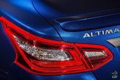 Nissan Altima SR 2016  photo 9 http://www.voiturepourlui.com/images/Nissan/Altima-SR-2016/Exterieur/Nissan_Altima_SR_2016_009_bleu_feux_phares_arriere.jpg